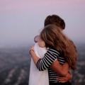 Как обнять девушку?