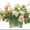 Композиция из искусственных цветов в интерьере