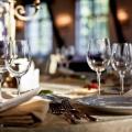Сервировка стола в ресторане. столовые приборы